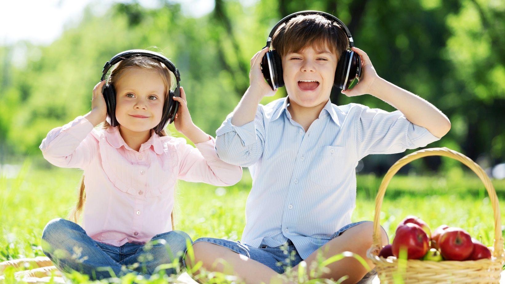 müzik dinleyen çocuklar
