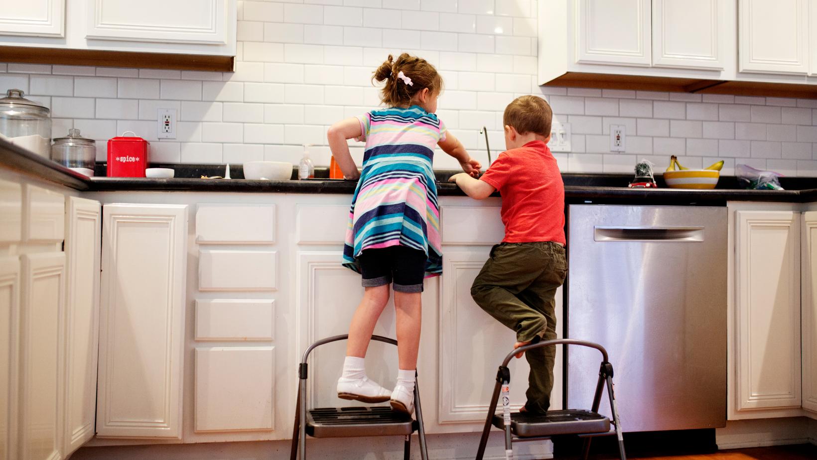 Mutfakta yardım eden çocuklar