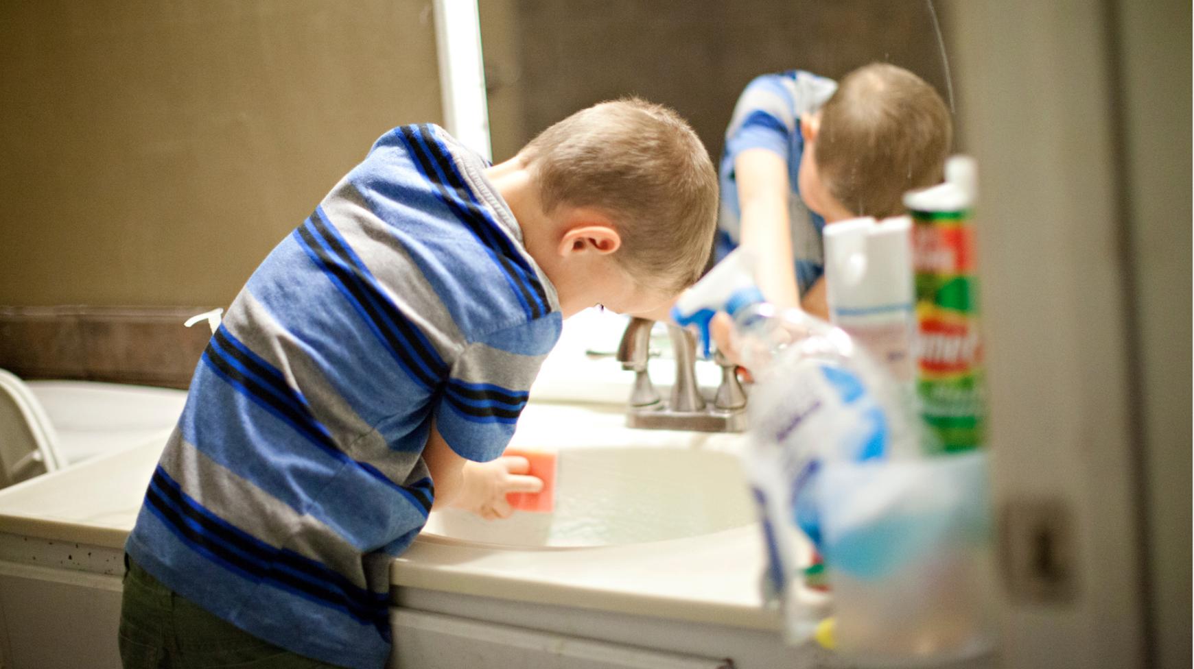 temizlik yapan çocuk