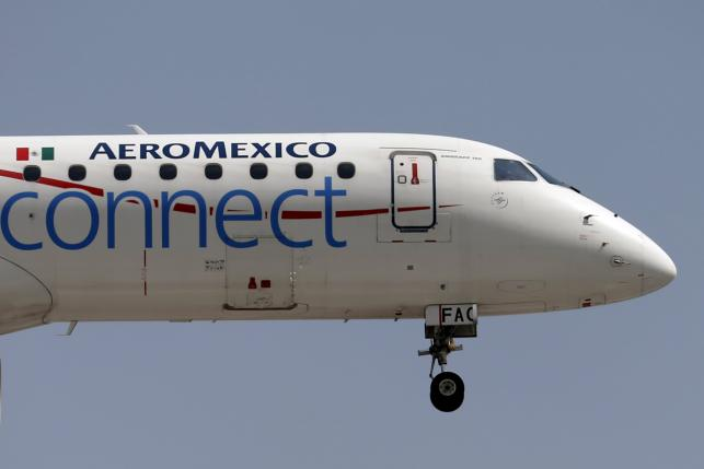 An Aeromexico aeroplane flies before landing on the airstrip at Benito Juarez international airport in Mexico City, July 8, 2015. REUTERS/Edgard Garrido