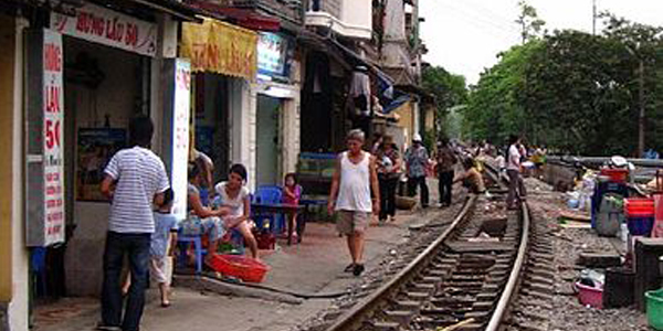 36_388px-living_on_train_tracks_at_vietnam